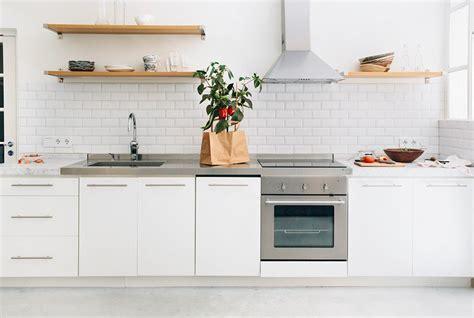 credence cuisine blanc laqué carrelage métro blanc dans la cuisine et la salle de bains