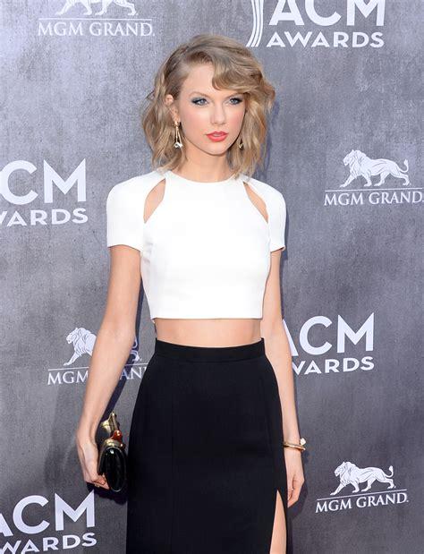 Look com fenda também deixa barriga à mostra de Taylor ...