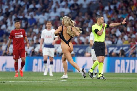 Desde ruedas de prensa hasta reportajes destacados. La rubia que invadió la final de la Champions League +11 Fotos - Futbol Sapiens