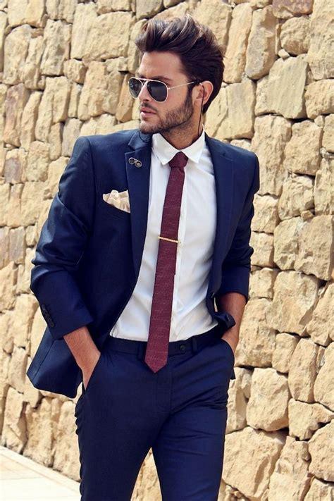 dunkelblauer anzug modernes outfit fuer businessmen idee