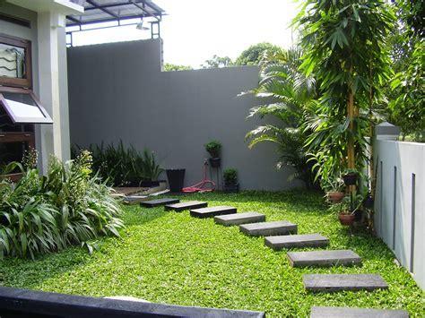 taman rumah minimalis dengan jalan setapak   SAKTI DESAIN