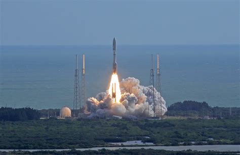 A United Launch Alliance Atlas-V rocket thunders off its ...