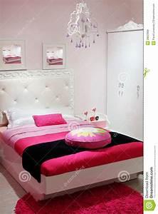 chambre a coucher avec la garde robe blanche et le tapis With tapis chambre bébé avec robe blanche fleur