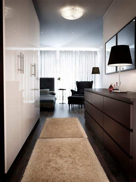 Ikea Schränke Schlafzimmer by Korridor In Schlafzimmer Bett Hinter Kommoden