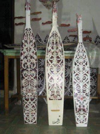 Sape terbuat dari kayu pilihan, seperti kayu meranti atau kayu yang kuat dan tahan lama. Sampek adalah alat musik tradisional Suku Dayak