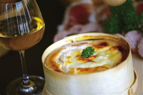 cuisiner le mont d or au four mont d 39 or le mont d 39 or l 39 authentique fromage de