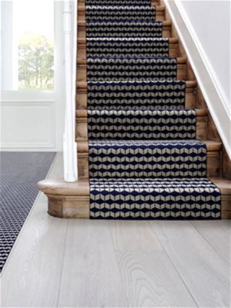 tapis pour escalier interieur un tapis moderne pour un escalier graphique maisonapart