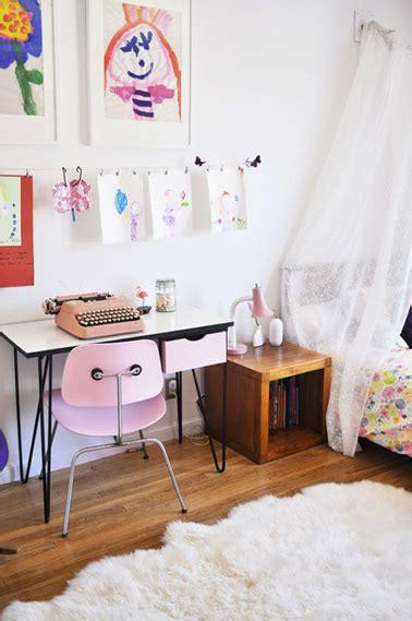 bureau vintage en formica et chaise dans chambre fille