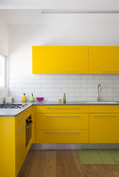 yellow kitchen tile צבע ישמח לבב אנוש שיפוץ נועז לדירה בצפון תל אביב בניין 1221
