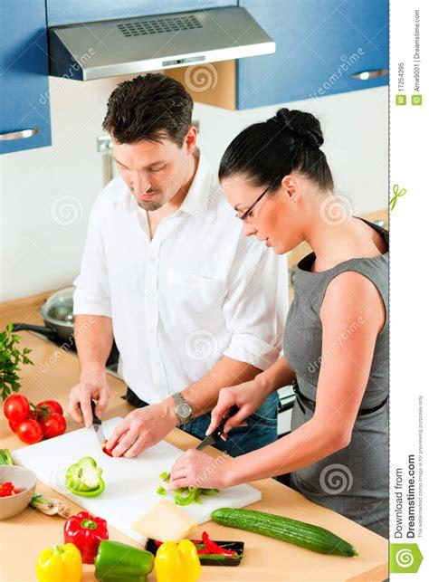 amour dans la cuisine couples faisant cuire ensemble dans la cuisine image stock