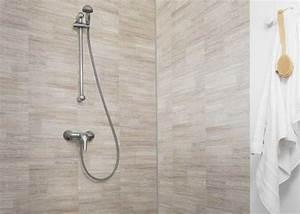des lames de pvc pour habiller les murs de la salle de bain With carrelage adhesif salle de bain avec baignoire balneo led