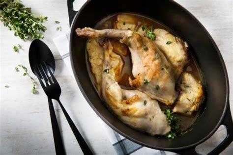 cuisiner le lapin au vin blanc recette de lapin en cocotte au vin blanc et au thym citron
