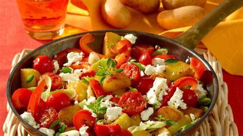 bunte kartoffel pfanne mit tomaten bildderfraude