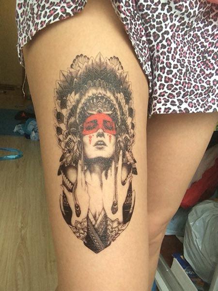 tatouage ephemere dune femme avec une coiffe indienne