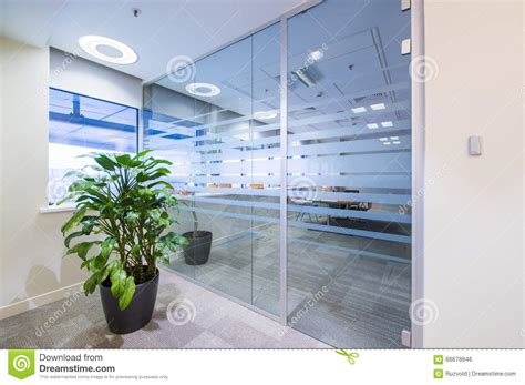 le bureau verte porte en verre et plante verte dans le bureau photo stock