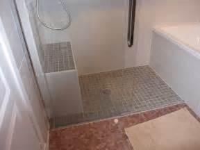 douche italienne et baignoire dans une petite salle de