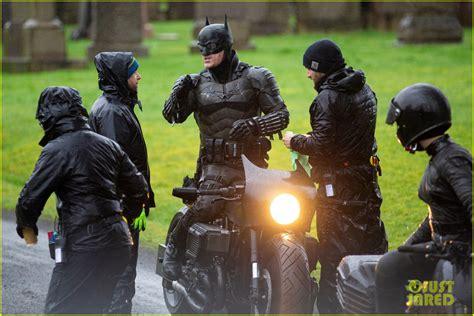 batman set  reveal closer    batsuit