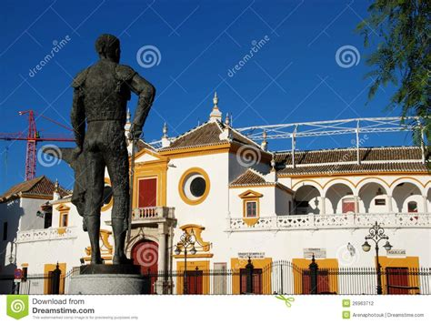design on stock villa arena matador statue und stierkfarena sevilla spanien