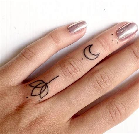 tatouage lune soleil doigt