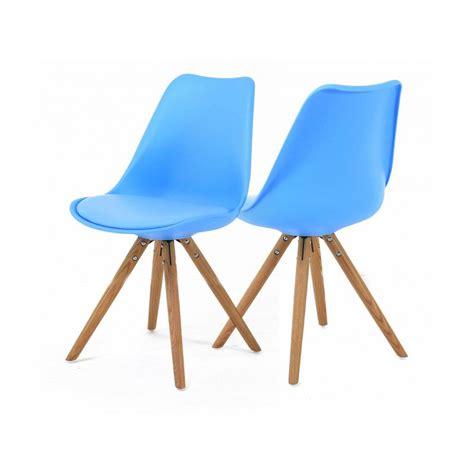 chaise et bleue 2 chaises nordiques en plastique et bois bleues cross trendy homes