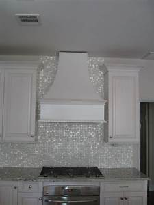 cloud white glimmer glass tile toilette idee deco et la With kitchen cabinets lowes with papier peint mosaique