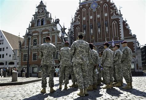 NATO karavīri Latvijā tikai glauni uzdzīvo? AM skaidro ...