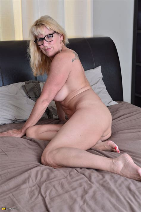 Naughty Canadian Housewife Getting Fisky In Bed At Mature Sex Pictures