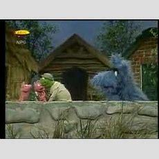 "Sesame Street News Flash The New ""3 Little Pigs"" Story Youtube"