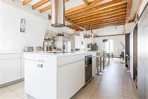 Modele de cuisine contemporaine blanche et bois pour for Deco cuisine contemporaine