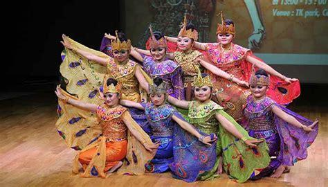 Angklung adalah alat musik yang berkembang dalam masyarakat sunda di jawa barat. Keunikan Tari Merak Jawa Barat Dan Penjelasannya - Cinta ...