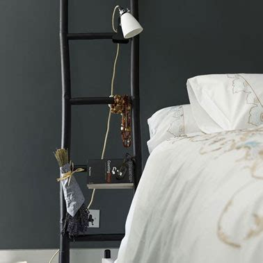 decoration de chambre de nuit chambre peinture noir table de nuit échelle noir lit blanc