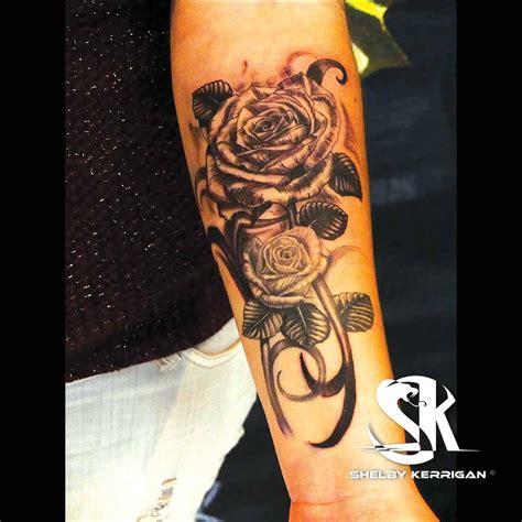 tatouage rose noire avant bras