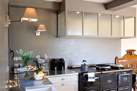 cuisine anthracite et bois entre la cuisine et l 39 atelier ambiance atelier