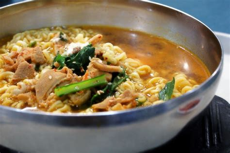 Jjampong recipe korean seafood noodle soup jjampong is a spicy seafood noodle soup that is popular in korean dramas. resep masakan/makanan korea yang mudah dan pantas, resep masakan/makanan korea sederhana ...