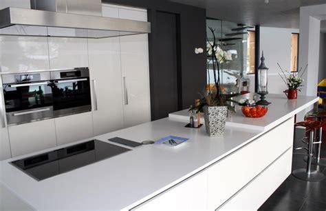 d馗o cuisine moderne cuisine moderne blanche avec portes de placards laquées