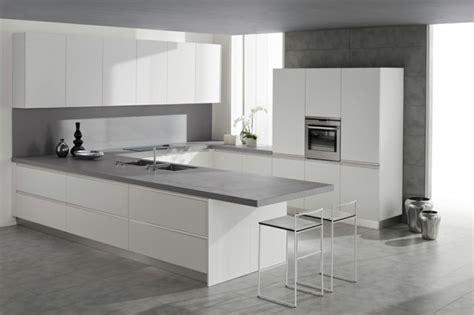 cuisine grise plan de travail blanc plan de travail cuisine moderne en et bois