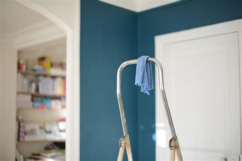 cuisine blanche et bleu peinture bleu canard idées peinture mur