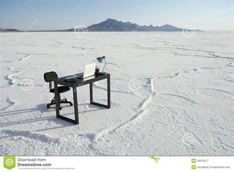 affaire de bureau bureau d 39 affaires et de bureau de chaise désert blanc vide