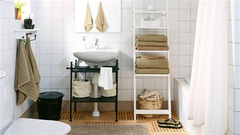 Weißes Badezimmer Mit Beigen Handtüchern, U. A. Mit