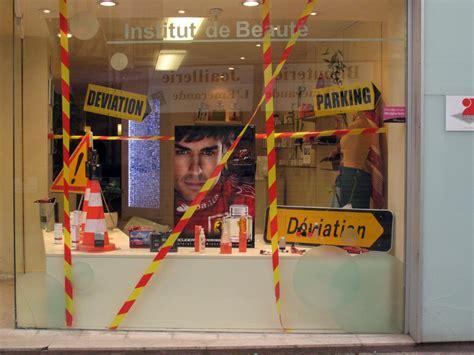 les travaux dans la rue commer 231 ante deviennent d 233 coration protestatrice dans une vitrine d