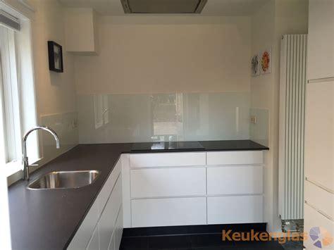 Achterkant Keuken by Keuken Achterwand Wit In Moderne Witte Keuken Keukenglas