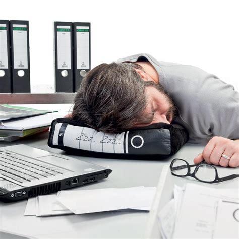 au bureau un oreiller classeur pour faire la sieste au bureau