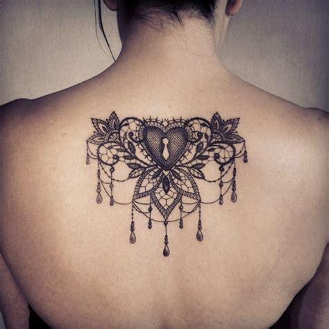 tatuaggio cuore con fiori un tatuaggio sulla schiena a forma di cuore con