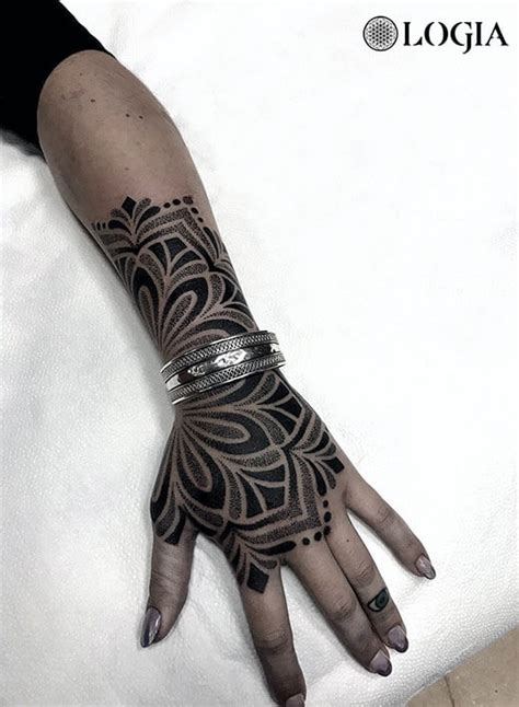 tatuajes en la mano  mujer logia tattoo barcelona