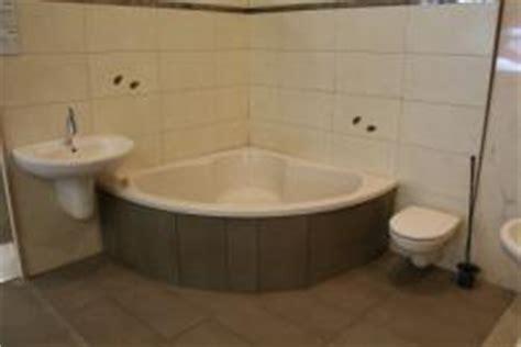 duschkabine für die badewanne badewanne toilette und waschbecken mit grauen gro 195 ÿformat