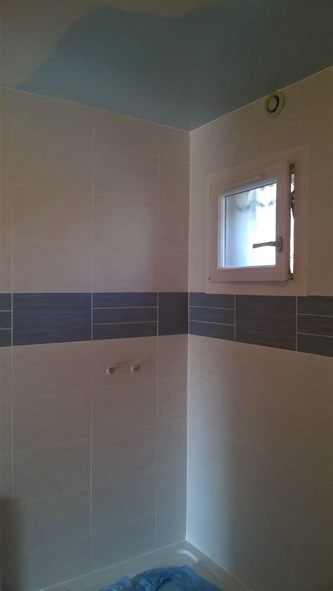 concept carrelage cr 233 ation salle de bain blanche avec une frise bleue