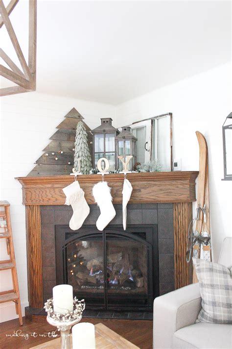 decorate  corner fireplace mantel   holidays