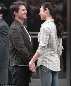 oblivion actress julia tom cruise only has eyes for olga kurylenko on set of
