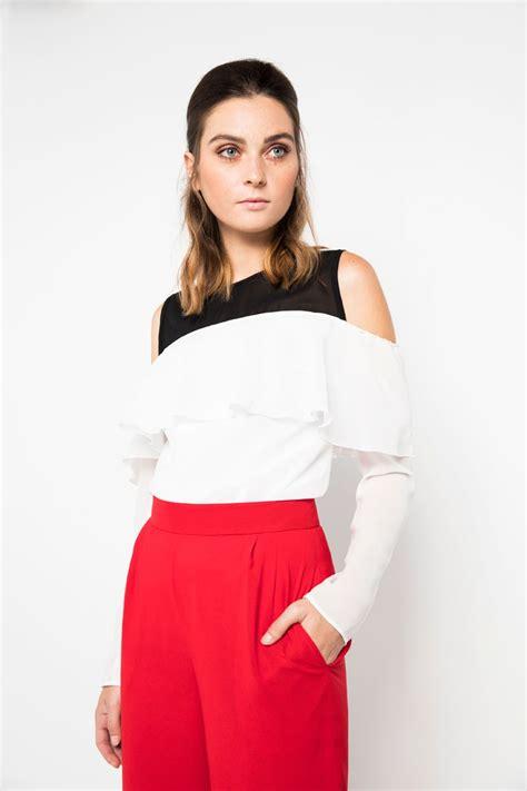 blusa blanca y negra escote bardot