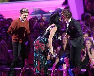Katy Perry gives Harry Styles a kiss as she presents One ...